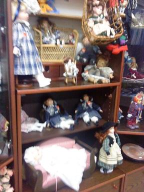 Flohmarkt - blšák, alebo burza - polička s bábikami
