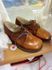 """""""kostolné"""" vyblýsané topánky pre šuhaja"""