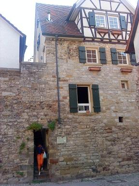 Vstupy - využitie mestského opevnenia - ušetrila sa jedna stena domu.