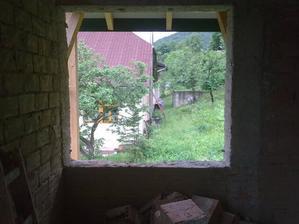 """to bude okno z budúcej spálne, západná strana a výhľad na """"susedný"""" náš domček"""