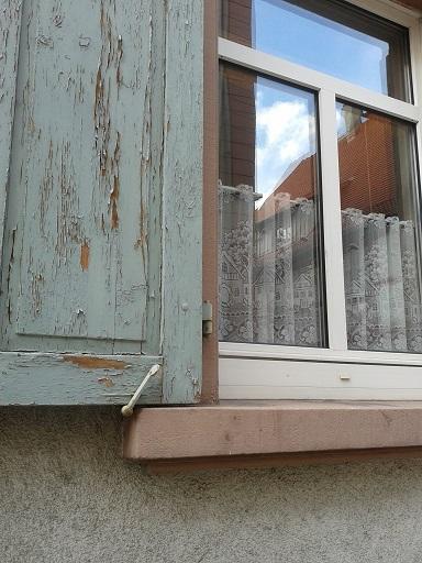 #okenice, okeničky a spol. - toto je ukážka toho, že aj nové plastové okno môže mať vedľa seba staručkú drevenú okeničku (naši by to bez milosti vyhádzali a ešte aj spálili!)