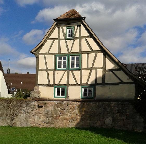 Hrázdené domy v Nemecku - kuk domček ponad staré hradby, čo poslúžili ako základ a opora
