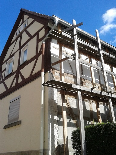Hrázdené domy v Nemecku - tu sa práve pracuje na úprave fasády (samozrejme v pôvodnom štýle)