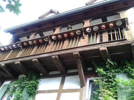 Hrázdené domy v Nemecku - dobré s tými dierami na črepníky, nie? (hromadné WC pre kvety)