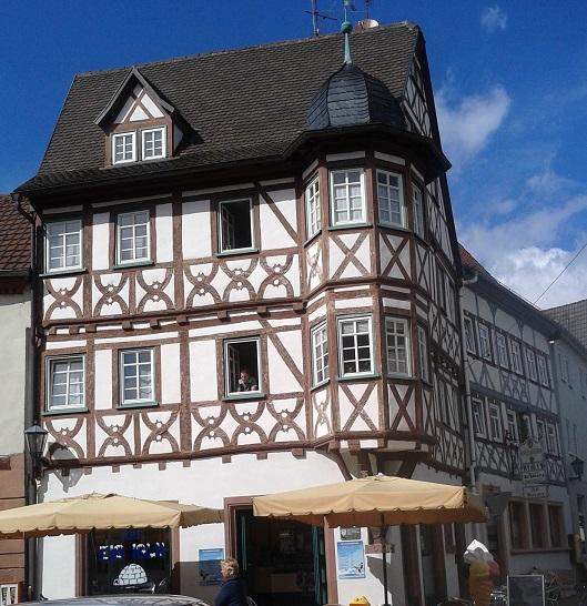 Hrázdené domy v Nemecku - tu je cukráreň, hore sa normálne býva (och aj ja chcem takto bývať)
