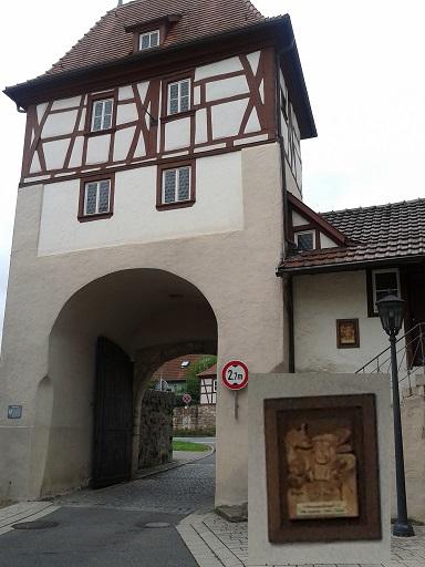 Hrázdené domy v Nemecku - vstupná brána do mesta s detailom drevorezby zo steny