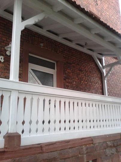 Balkóny a zábradlia - Toto biele sa mi na tmavom pozadí veľmi páčilo. Nevidno ešte bielu lavičku pred dverami a biele madlo pri schodoch.