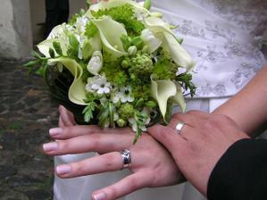 naše prstýnky a moje svatební kytička