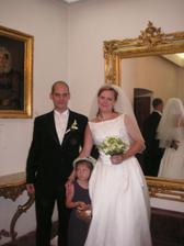 novomanželé s družičkou
