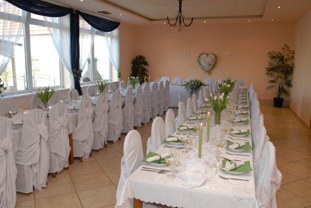 Pripravy na 23.maj 2009 :))) - nasa miestnost na svadbu