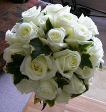 Takúto nejakú si predstavujem,ale maslové ružičky a zdobené bielymi perlami.