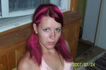 Strašne rada a často experimentujem s vlasmi,ale na svadbe takú farbu určite nechcem. :D