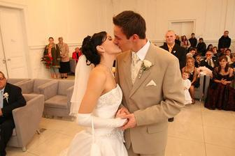prvý bozk novomanželov...