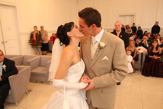 2xL{{_AND_}}M :) - prvý bozk novomanželov...