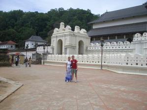 V KENDY u bud. chrámu, kde je uchován zub budhy, ale nikdy ho nikdy neviděl, je ve zlaté skříňce, která se nikdy neotevírá - SRÍ LANKA