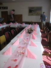 ...a takto vyzdobený stůl (foto je vypůjčené)  červené květy   zlaté penízky    ubrousky s červenými růžemi (viz. styl ma oznámení)