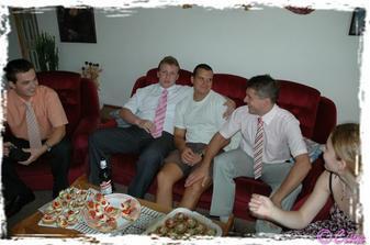 holky oblékaly nevěstu a kluci uklidňovali ženicha :)