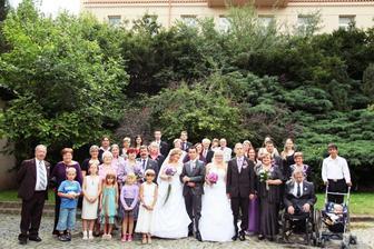 všichni příbuzní a můj brácha s manželkou..jelikož to byla duo svatba :o)