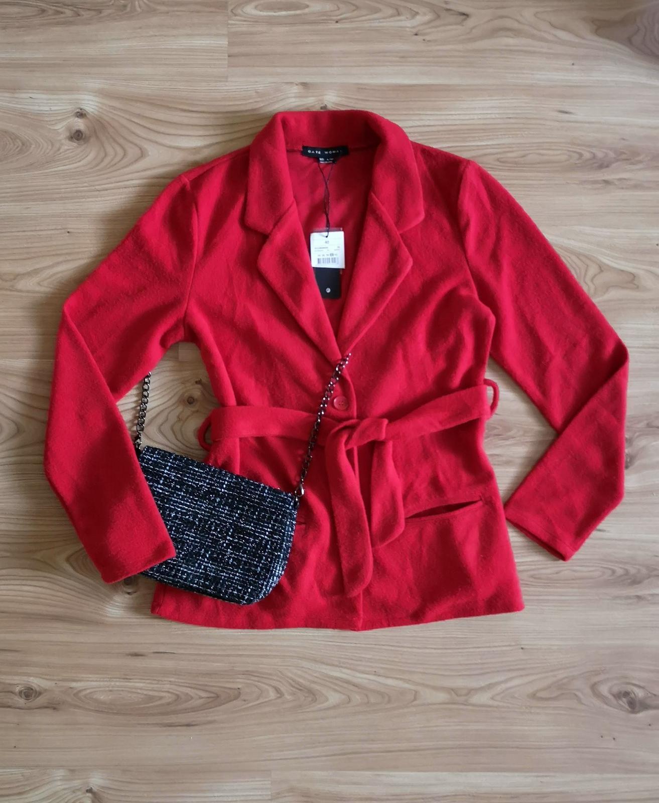 Červený kabátik s opaskom - Obrázok č. 1