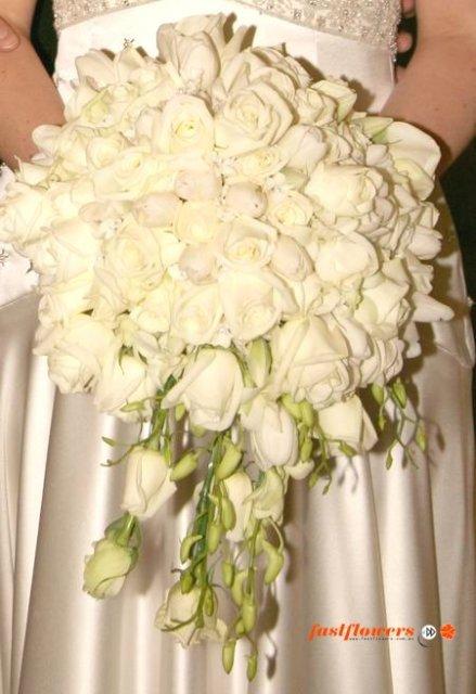 Zlaťka a Peťko-2.8.2008 - kytica bude z bielo-smotanových ruží