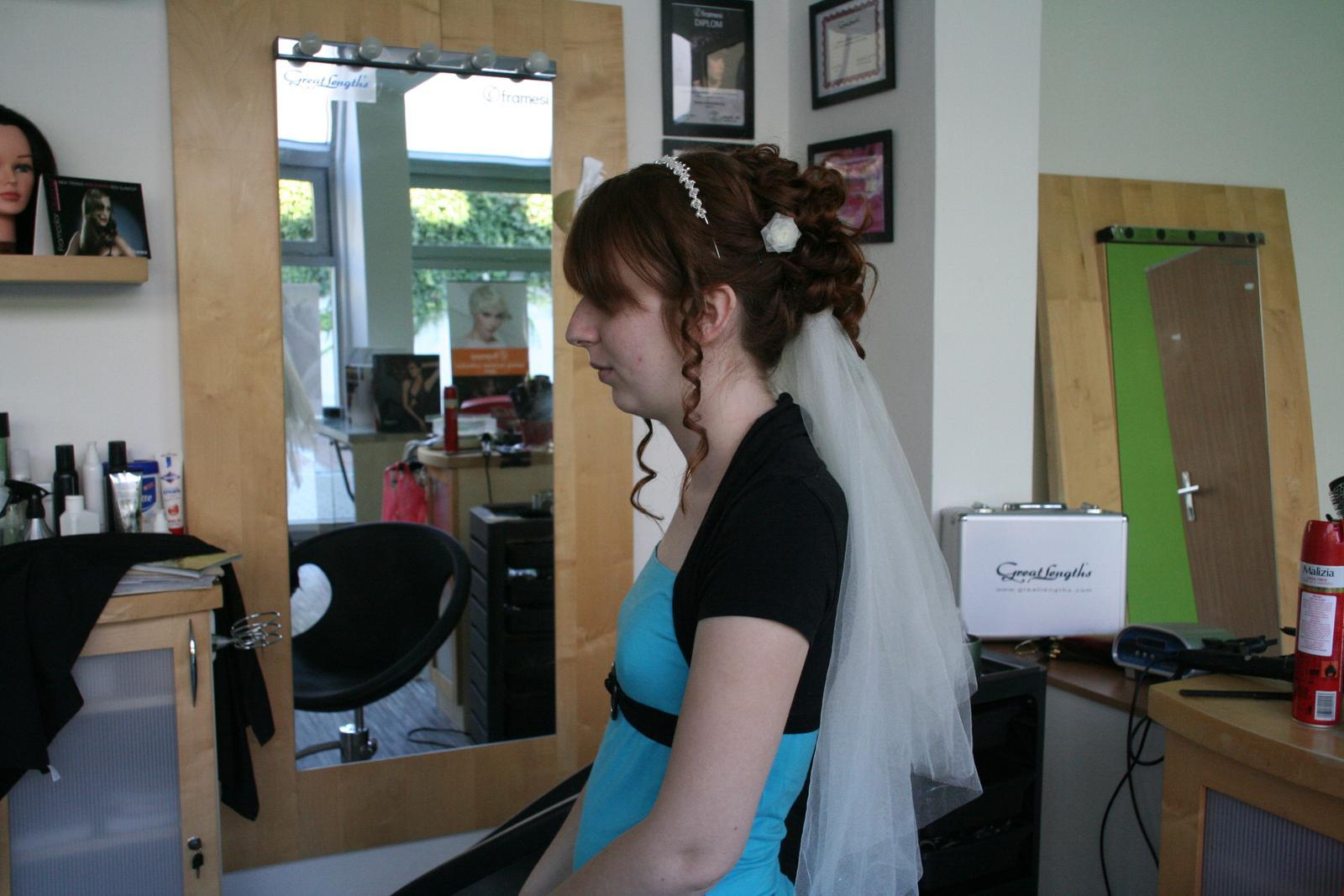 Naše svatba - Zkouška účesu. Vlny v obličeji jsme volili nakonec volnější a větší.