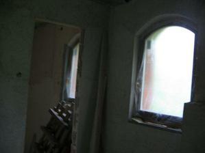 pohľad z kúta vrchnej kúpelne vid kúpelňové a schodišťové okno