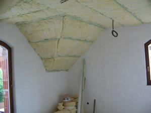 tvarovaný strop v spálni