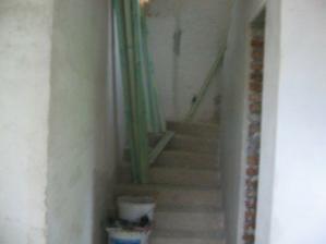 pohľad na schodište od vstupných dverí