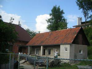 pohľad na letný domček novostavbu a v pozadí kostolík
