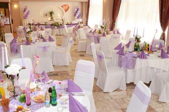 Naša sála na sestrinej svadbe, takže fialová výzdoba určite nebude, hoci je krásna
