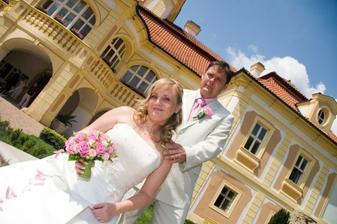 Pózování s manželem před zámkem