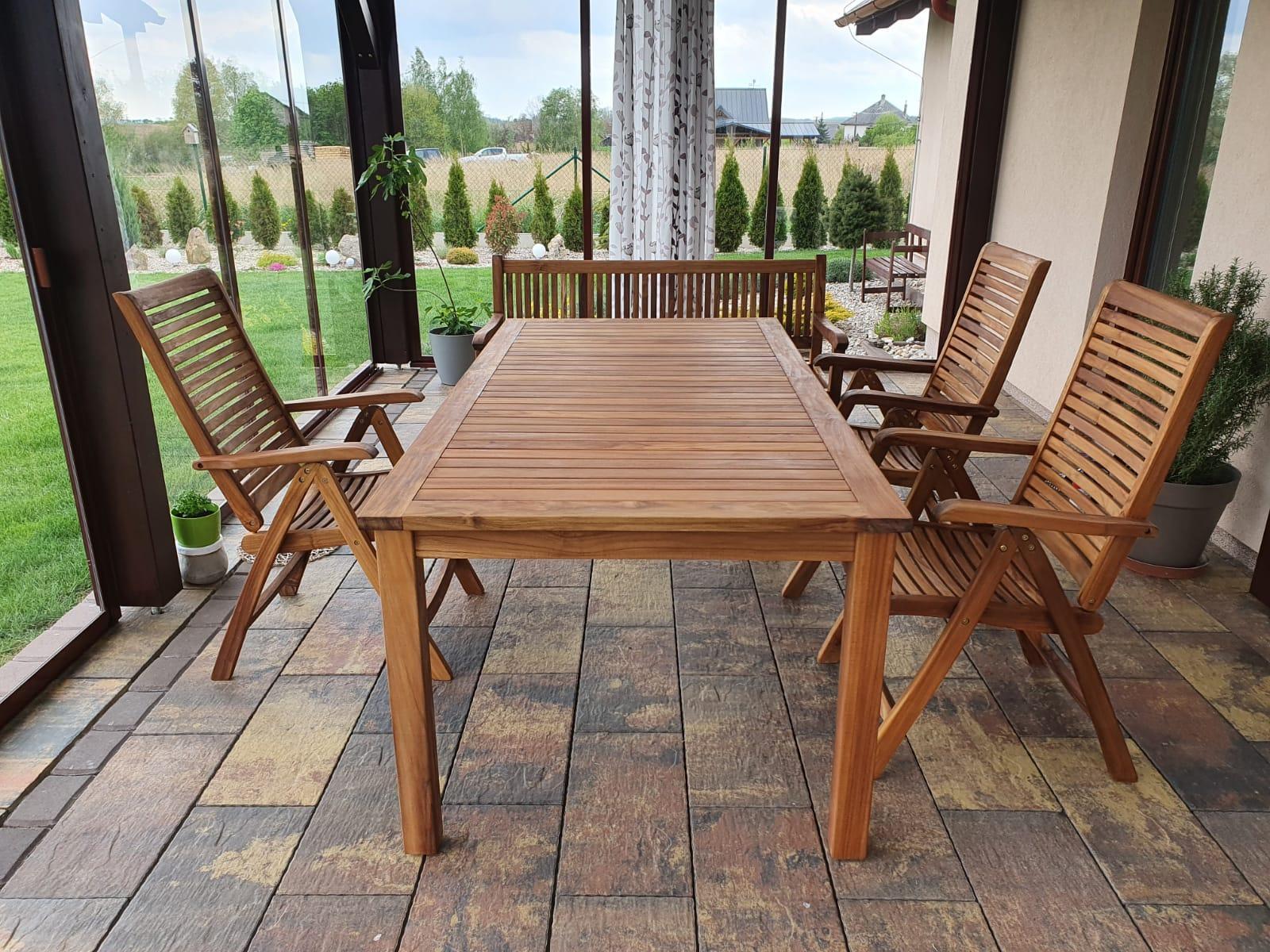 Teakový nábytek z Mountfieldu, nakonec stejně vyhrálo dřevo. Zatím 1x natřený teakovým olejem. Na 1 židli ještě čekáme. - Obrázek č. 1