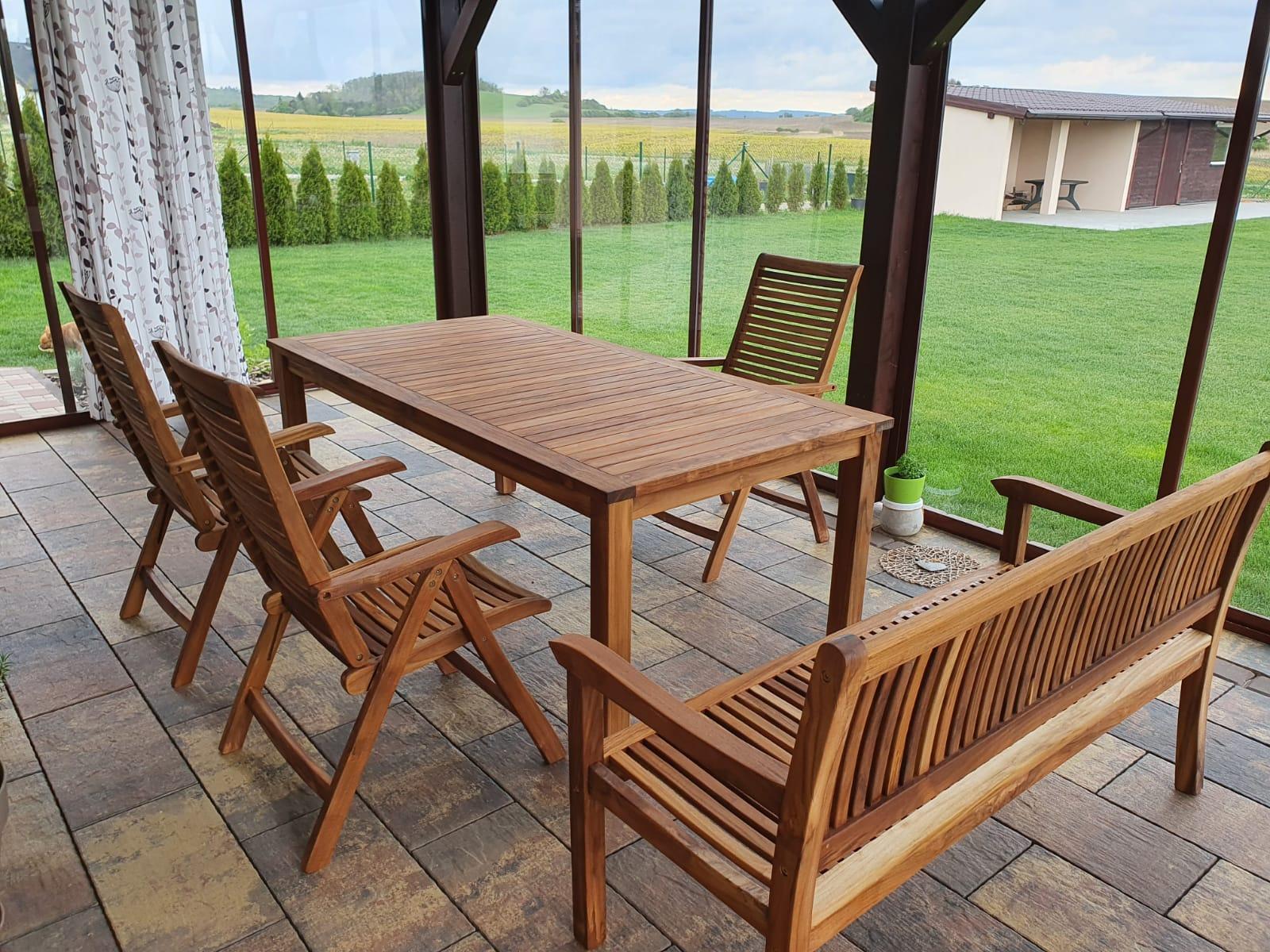 Teakový nábytek z Mountfieldu, nakonec stejně vyhrálo dřevo. Zatím 1x natřený teakovým olejem. Na 1 židli ještě čekáme. - Obrázek č. 3