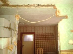 pohľad do kuchyne z chodby, tie dvere tam nebudu, stena bude otvorena s obyvačkou