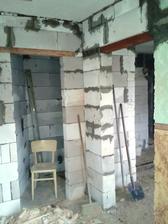 pohľad do osobitneho wc a do kuchyne napravo