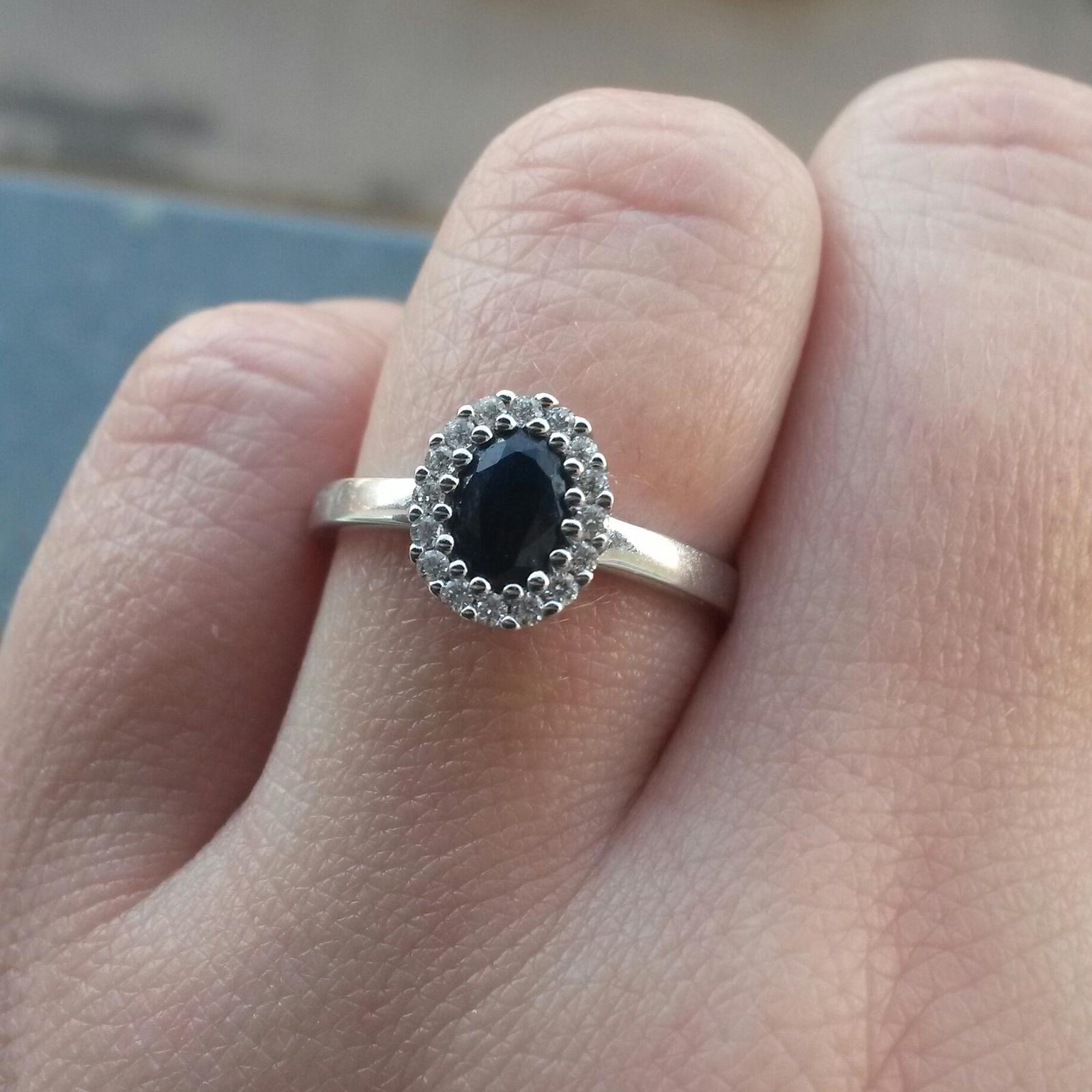 Safír a 16 diamantů....... - Obrázek č. 1