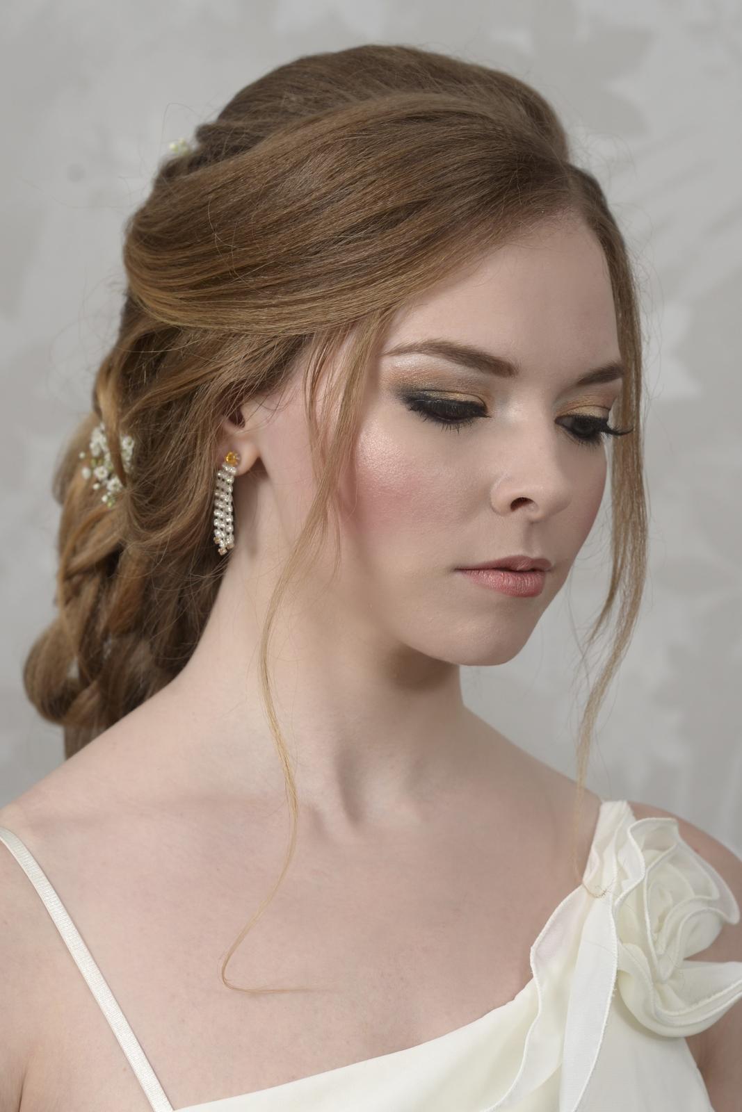 Svatební účes s výrazným líčením - Výrazné líčení s umělými řasami