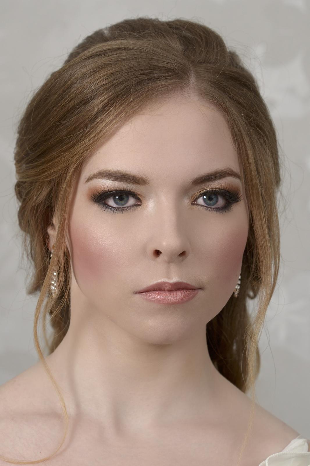 Svatební účes s výrazným líčením - Krásná nevěsta Simona