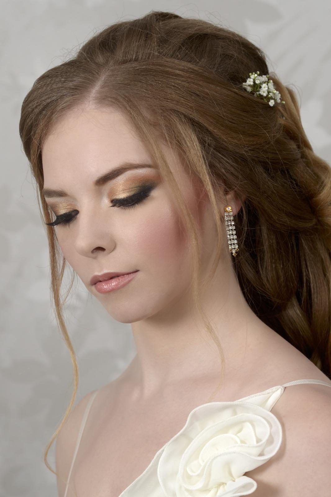 Svatební účes s výrazným líčením - Obrázek č. 3