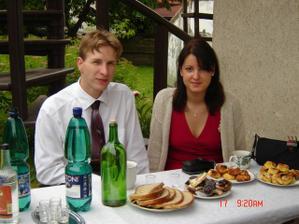 Novomanželé na svatbě. Manžel oplácel svědčení svému svědkovi :-)