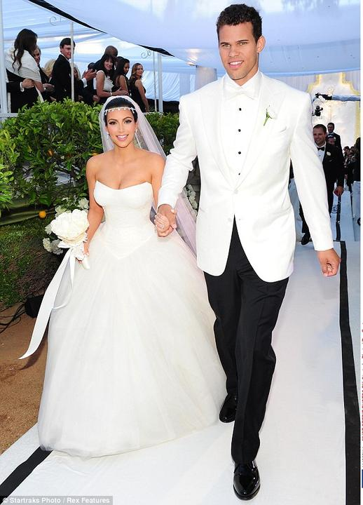 Ritnatá Kim K. v šatách od Very Wang a jej vyvolený, basketbalista Kris Humphries. Happily ever after im vydržalo presne 72 dní! celkové náklady na svadbu? krásnych 20 mil. dolárov. Oplatilo sa...