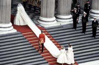 """Dievčatá nesťažujte sa na to, že vaše svadobné šaty sú priťažké. Diana mala """"nenápadnú"""" 7 a pol metrovú vlečku a fňukala? Nie! Princezná nikdy nefňuká ;-)"""