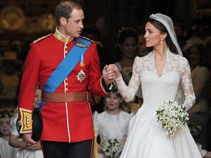 """Modrokrvný William a smrteľníčka Kate do toho """"praštili"""" v roku 2011. Novomanželia požiadali hostí o prispenie na charitu namiesto svadobných darov. Svadba stála 20 mil. libier (z toho 400tis za kvetinovú výzdobu), hradili ju rodiny novomanželov."""
