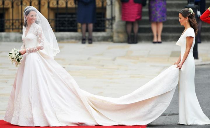 Nemalá pozornosť bola venovaná aj zadku nevestinej sestry Pippy. Obe Middletonové dievčence boli nahodené v šatách od Alexandra McQueena.