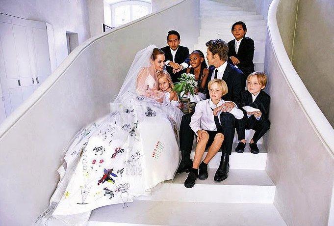 Od mr. a mrs. Smith k mr. a mrs. Pitt. Po početných pôrodoch a osvojeniach prišlo aj na tajnú svadbu Angeliny a Brada vo francúzskom chateau. Angelina v šatách Atelier Versace a v závoji zdobenom kresbami ich potomstva.