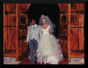 Bolože to slávy keď sa v decembri 1998 po pármesačnej známosti vydávala Adriana Sklenarikova po prvýkrát. Láska z lietadla, svadba na Korzike a tvrdé pristátie...
