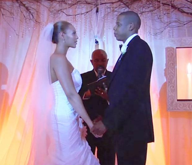 V roku 2008 Beyonce a Jay-Z oficiálne oznámil svetu, že sú crazy in love. Od výzdoby až po nevestu všetko bolo biele, no svadobčania svoje foťáky a telefóny museli nechať doma. Btw šaty Beyonce navrhla jej mama, neveste sa nepáčili.