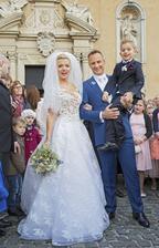 Zlatica Puškárová a Patrik Švajda sa po 15 rokoch spoločného chodenia stali manželmi. Holubice, spievajúca Mária Čírová a vlk ako symbol vernosti vyšitý na obleku ženícha.