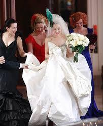 Viem viem, je to vymyslená postava ale jej tu miesto patrí. Vyrástla som na jej vzťahu s Božským, prežívala spolu s ňou rozchody, sklamania a aj nové lásky a pritom čakala na svojho Božského. Carrie a šaty od Vivienne Westwood...