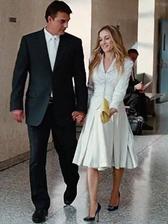 ...aj keď svadba bola nakoniec maličká, na úrade bez pompy a slávy. V jednoduchom kostýme sa Carrie Bradshaw stala Carrie Preston. Dôkaz toho že na dokonalú svadbu stačia dvaja čo sa ľúbia.